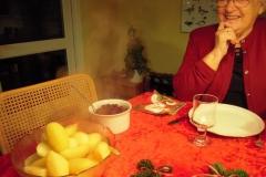 Ellen kigger på de meget varme kartofler