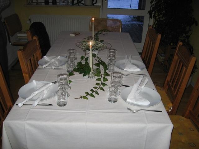 Færdigdækket bord