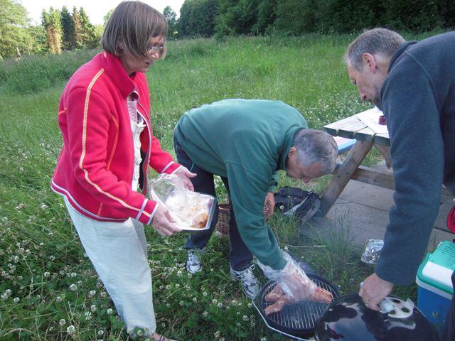 Mona, Finn og Peer steger kødet