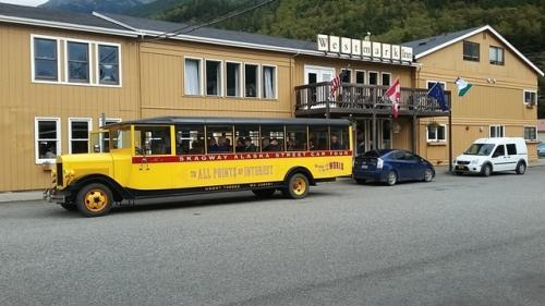 Turistbus foran vores hotel