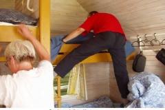Tenna og Peer reder senge