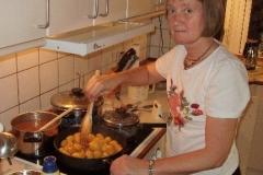 Mona er i køkkenet