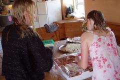 Sarah og Ida kigger på kagemændene