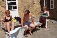 Marianna, Morten og Anna nyder solen
