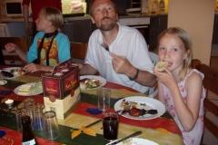 Sarah, Peer og Ida nyder den gode mad