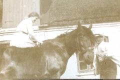Mormor med hest