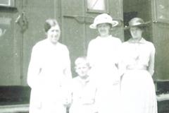 Mormor, Frederikke, Metha og ??