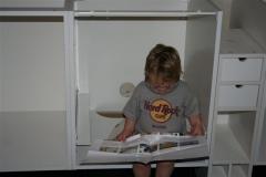 Viggo studerer manualen med sikkerhedsbriller