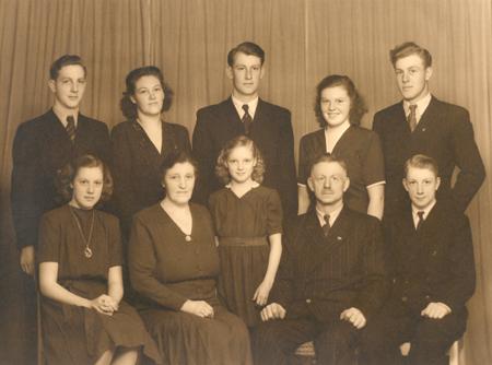 Ejnar og Sørine med alle otte børn: Vilfred, Amy, Ove, Lily, Egon, Henny, Sørine, Nanny, Ejnar, Brian