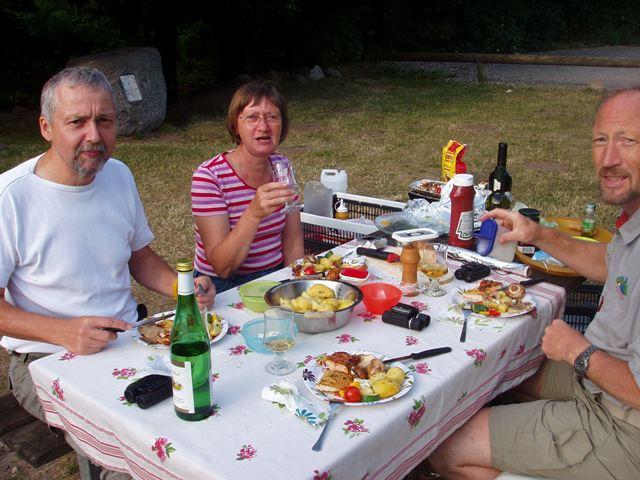 Finn,Mona og Peer nyder maden