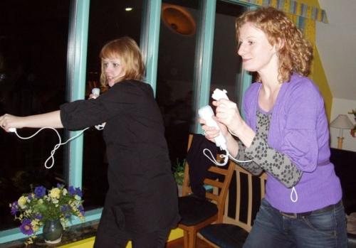 Anna og Charlotte spiller Wii