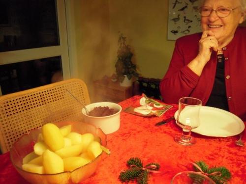 Ellen griner af de varme kartofler