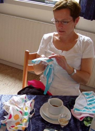 Marianna kigger på Idas gave