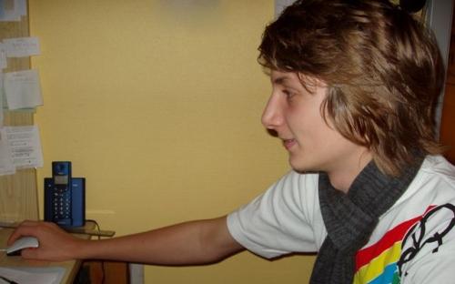 Niklas spiller på computer
