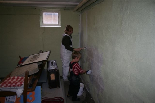 Anna og Viggo maler kælderen