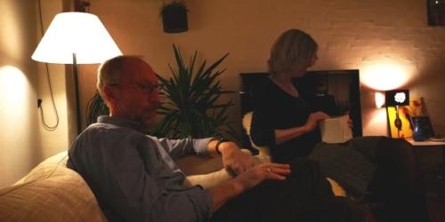 Peer slapper af og Yvonne nyder sine julegaver