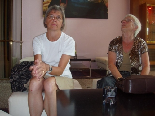 Susanne og Amse venter på hotelværelse